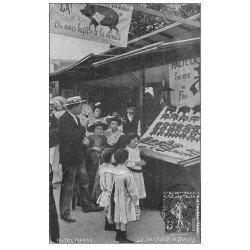 carte postale ancienne PARIS 11. Fête Foraine 1907 le Marchand de Cochons