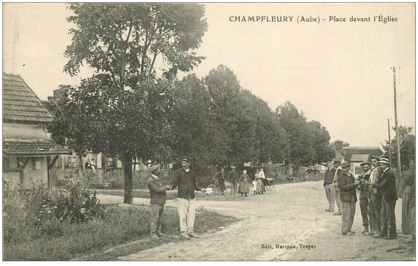carte postale ancienne 10 CHAMPFLEURY. Place devant l'Eglise avec le coup de rouge