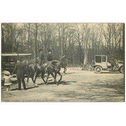 carte postale ancienne PARIS 16. Avenue du Bois de Boulogne Cavaliers et Taxi 1913