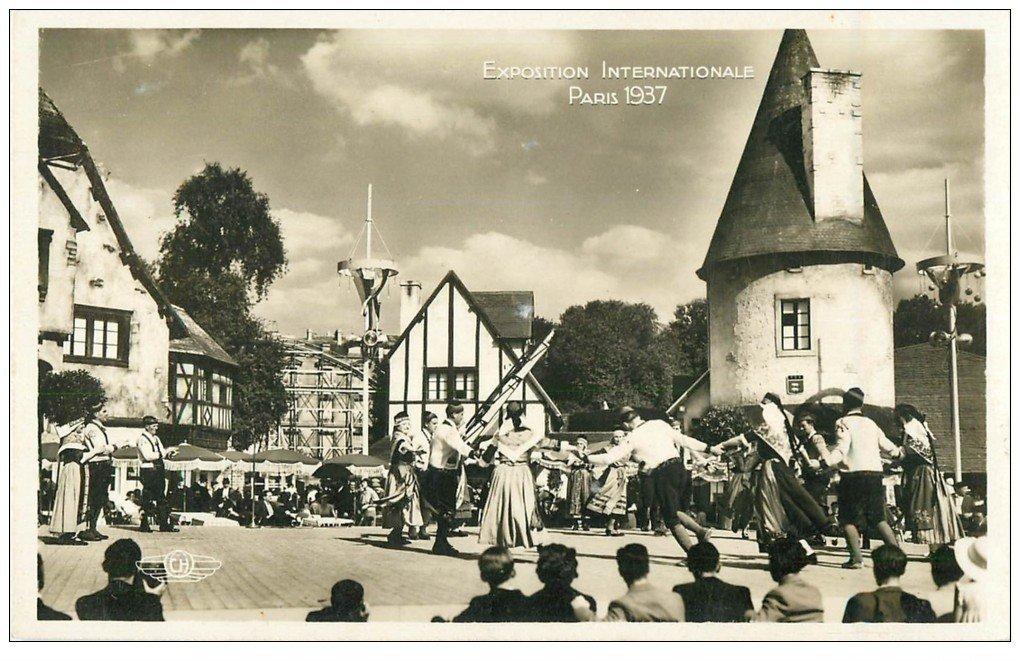 carte postale ancienne PARIS EXPOSITION INTERNATIONALE 1937. Danses Place du Village