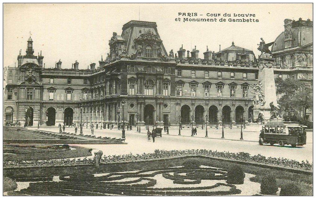 carte postale ancienne PARIS I°. Le Louvre Cour Monument Gambetta et Autobus