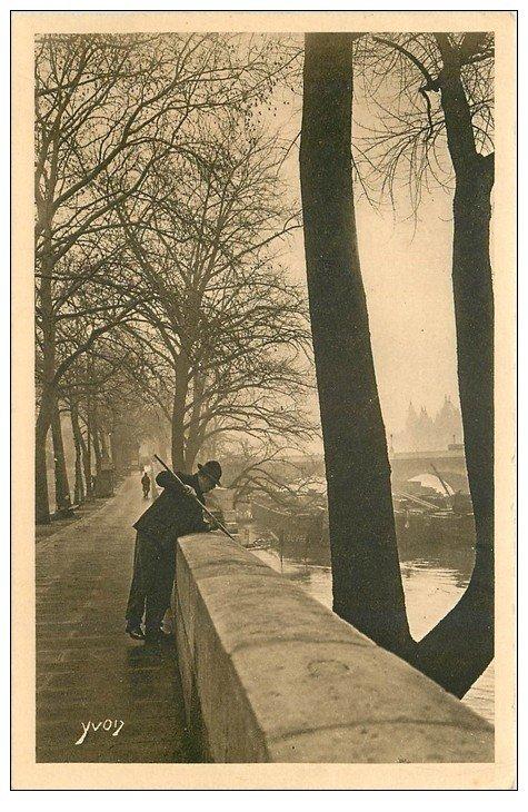 carte postale ancienne PARIS I°. Quai du Louvre un Pêcheur opiniâtre 1926