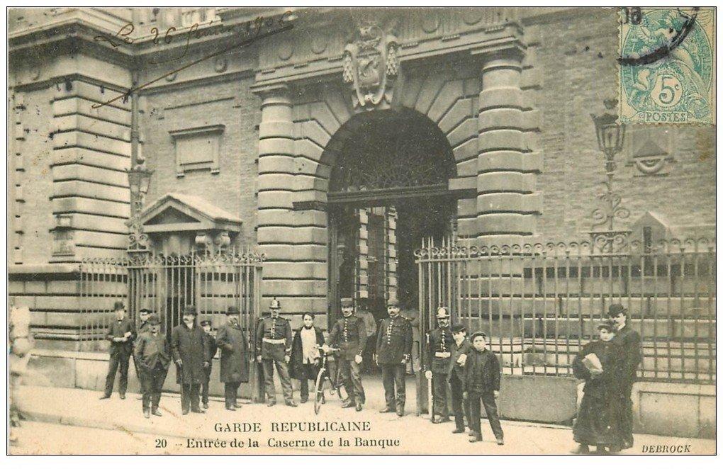 carte postale ancienne PARIS II° Garde Républicaine. Caserne de la Banque l'Entrée 1906