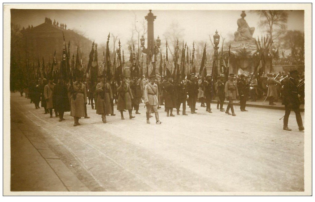 carte postale ancienne PARIS. Funérailles Maréchal Foch 1929. Drapeaux Régiments dissous