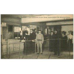 carte postale ancienne PARIS. Le Métropolitain. Guichets d'une Gare souterraine. Employés et Policier
