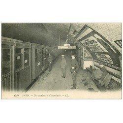 carte postale ancienne PARIS. Le Métropolitain. Une Station Pasteur avec Employés du métro