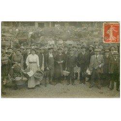 carte postale ancienne Superbe Carte Photo PARIS 01. Les Halles devenues Place Beaubourg. Les Maraîchers vers 1910
