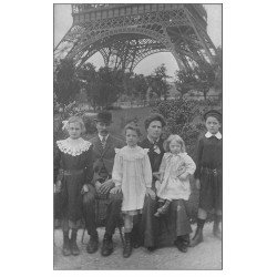 carte postale ancienne Superbe Carte Photo PARIS 07. Au pied de la Tour Eiffel vers 1910