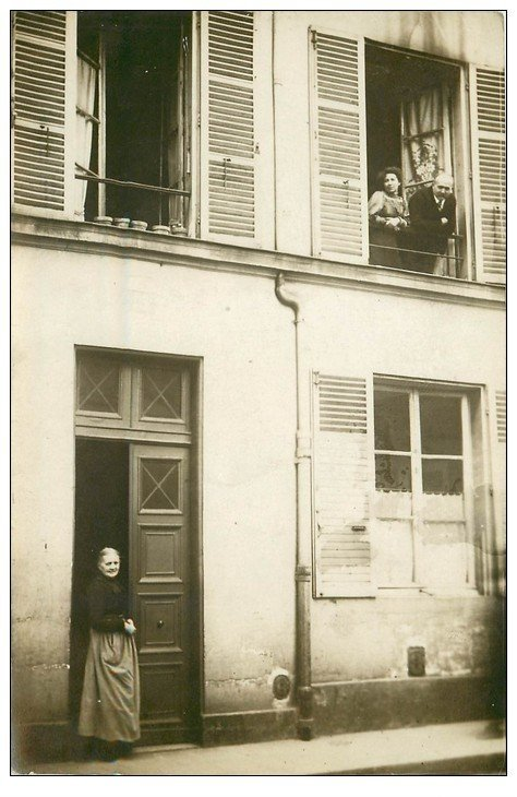 carte postale ancienne Superbe Carte Photo PARIS 07. La Concierge Rue Camou. Louise Chauvet vers 1905