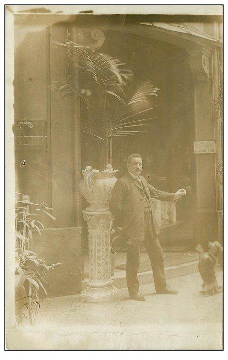 carte postale ancienne Superbe Carte Photo PARIS 10. Adolphe Marchal et son Chien. Céramiques Verreries 7 Rue de la Fidélité