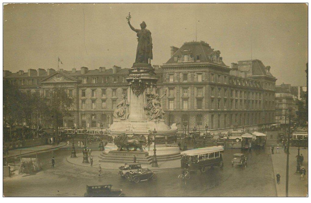 carte postale ancienne Superbe Carte Photo PARIS 10. Autobus à Plateforme arrière Place de la République. Derrière la Caserne
