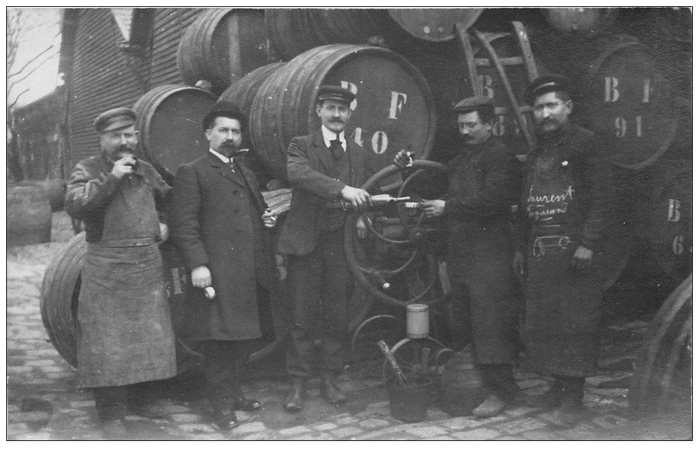 carte postale ancienne Superbe Carte Photo PARIS 12. Anciens Entrepôts de Bercy. Dégustation du vin. Tonneaux et Pompe manuelle