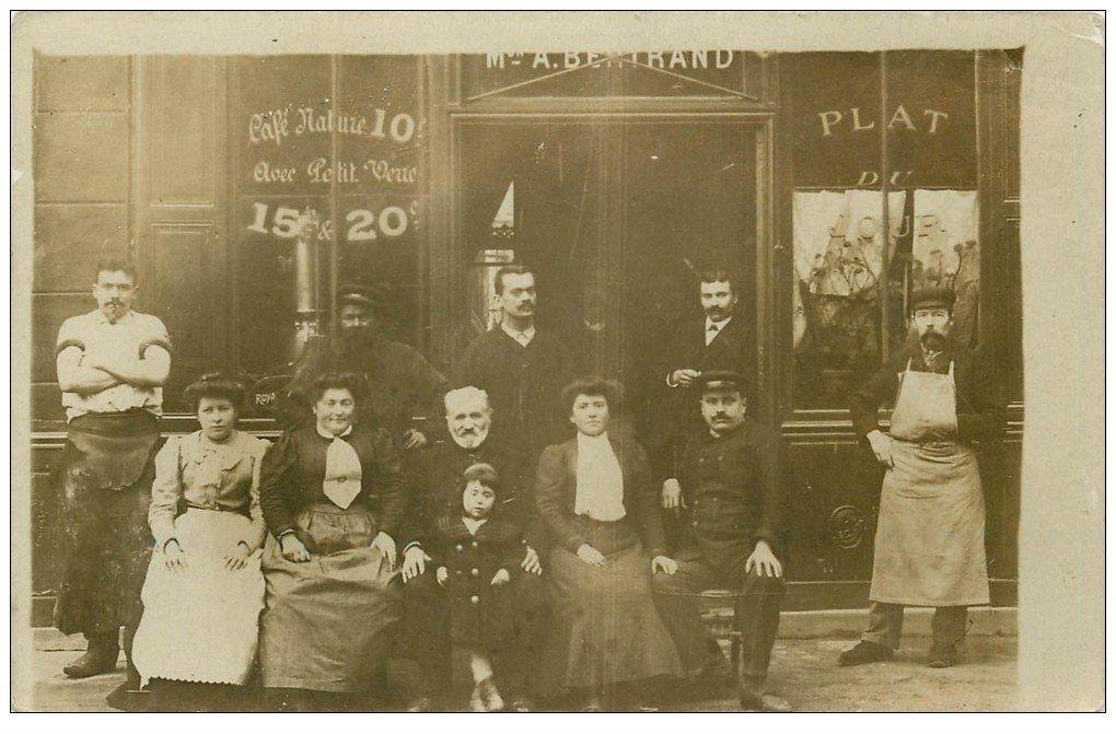 carte postale ancienne Superbe Carte Photo PARIS 13. Café Bertrand 40 Boulevard Arago avec Postier, Tanneur et Bougnat