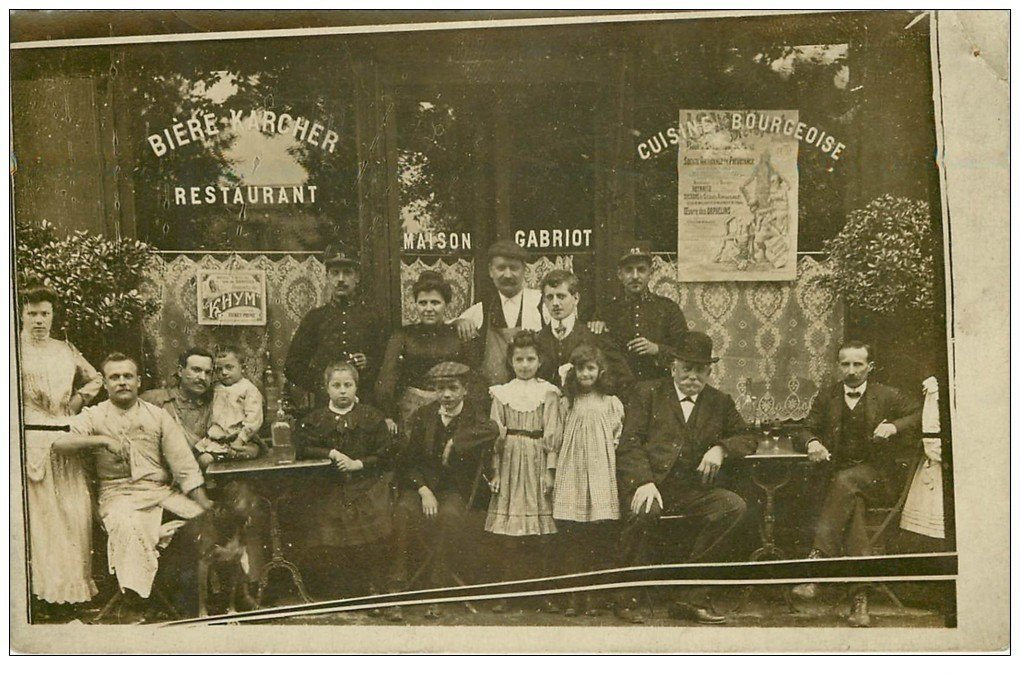 carte postale ancienne Superbe Carte Photo PARIS 18. Café Restaurant Gabriot 42 Rue de la Goutte d'Or. Policiers du 23 et 39