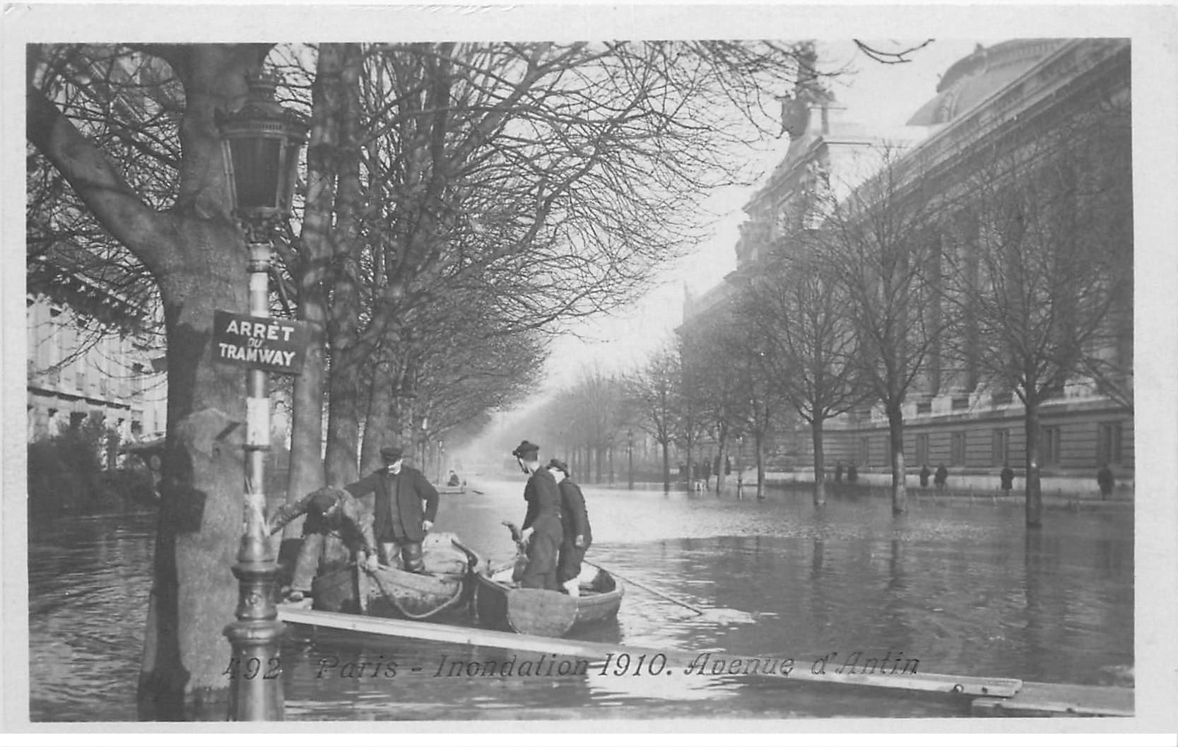 carte postale ancienne INONDATION DE PARIS 1910. Avenue d'Antin. Marins et Sauveteurs