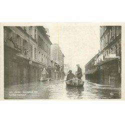 carte postale ancienne INONDATION DE PARIS 1910. Sauveteurs en barque Rue de Surcouf