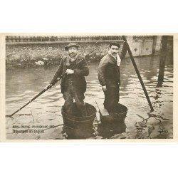 carte postale ancienne INONDATION DE PARIS 1910. Traversée en baquet