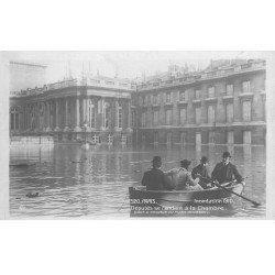 carte postale ancienne INONDATION DE PARIS 1910. Députés se rendant à la Chambre en barque
