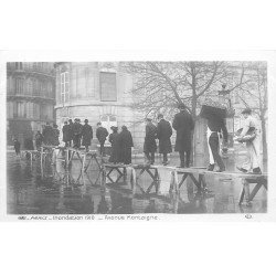 carte postale ancienne INONDATION DE PARIS 1910. Avenue de Montaigne sur passerelles