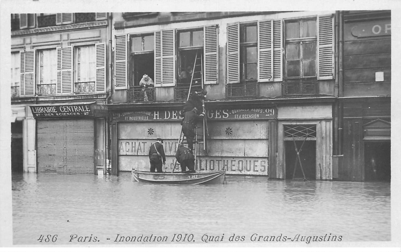 carte postale ancienne INONDATION DE PARIS 1910. Quai des Grands Augustins Sauveteurs