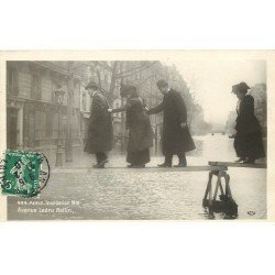 carte postale ancienne INONDATION DE PARIS 1910. Avenue Ledru Rollin sur passerelle