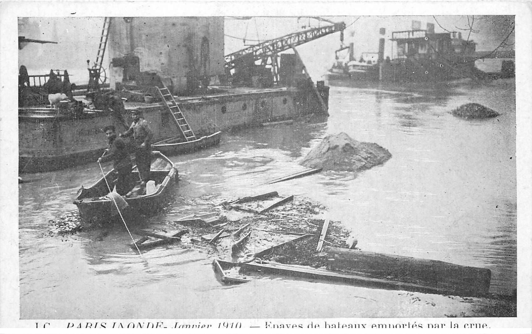 carte postale ancienne INONDATION DE PARIS 1910. Epaves de bateaux emportés par la Crue