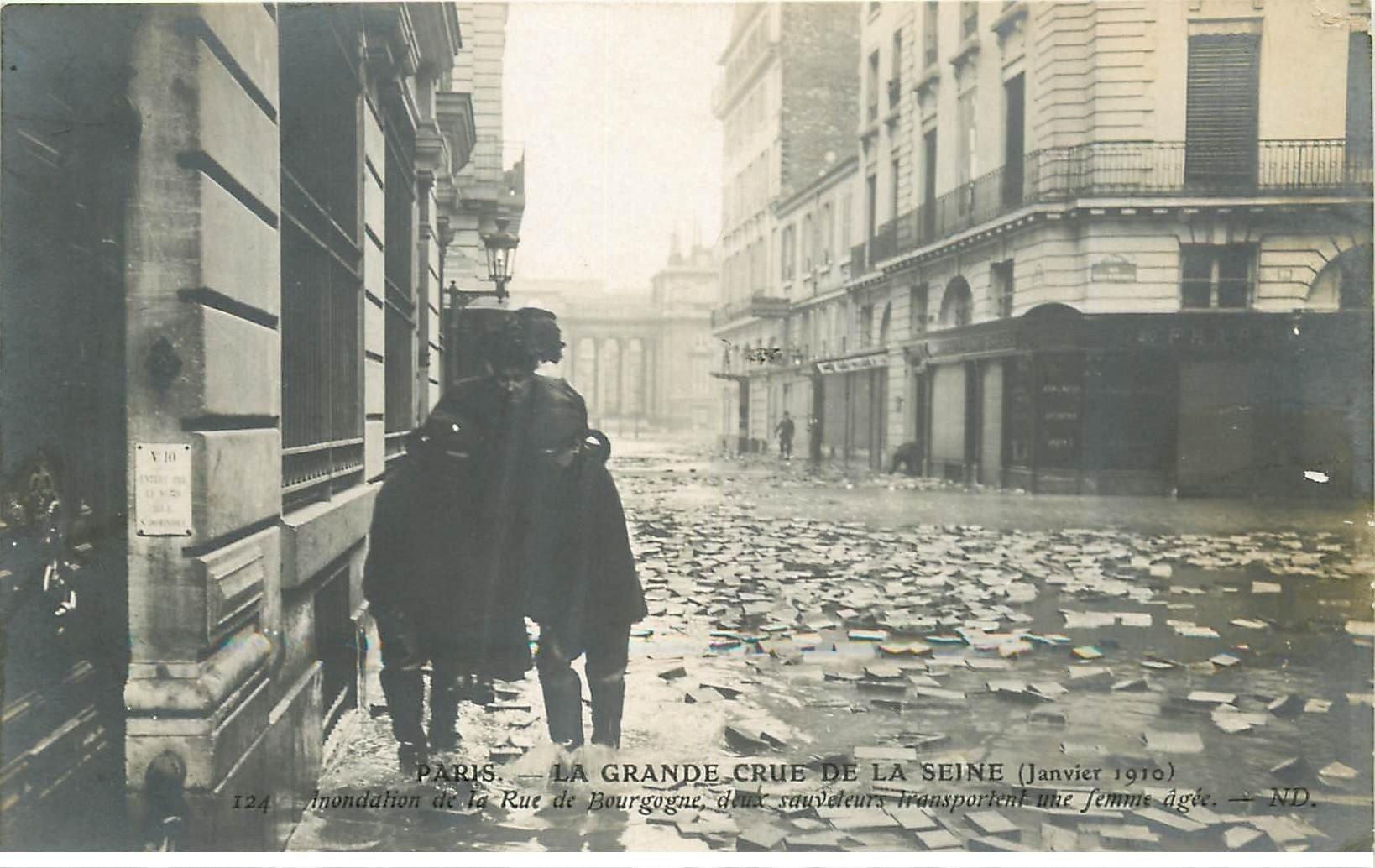 carte postale ancienne INONDATION DE PARIS 1910. Rue de Bourgogne Sauveteurs transportant une Femme agée
