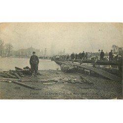 carte postale ancienne INONDATION DE PARIS 1910. Pont sur chevalets Esplanade des Invalides