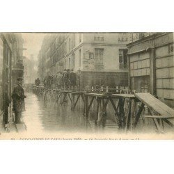 carte postale ancienne INONDATION DE PARIS 1910. Passerelles rue de Beaune