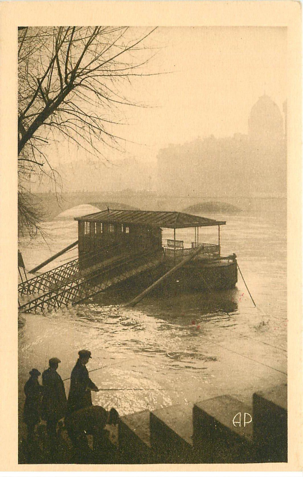 carte postale ancienne INONDATION DE PARIS 1910. Pêcheurs et Péniche sur la Seine en crue