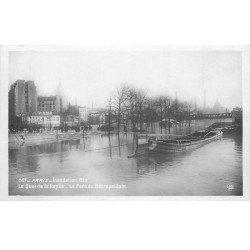 carte postale ancienne INONDATION DE PARIS 1910. Péniche Pont du Métropolitain. Edition Rose.