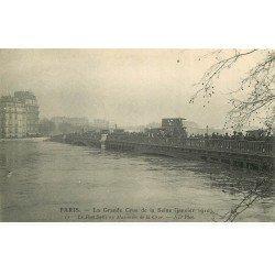carte postale ancienne INONDATION ET CRUE DE PARIS 1910. Pont Sully animé