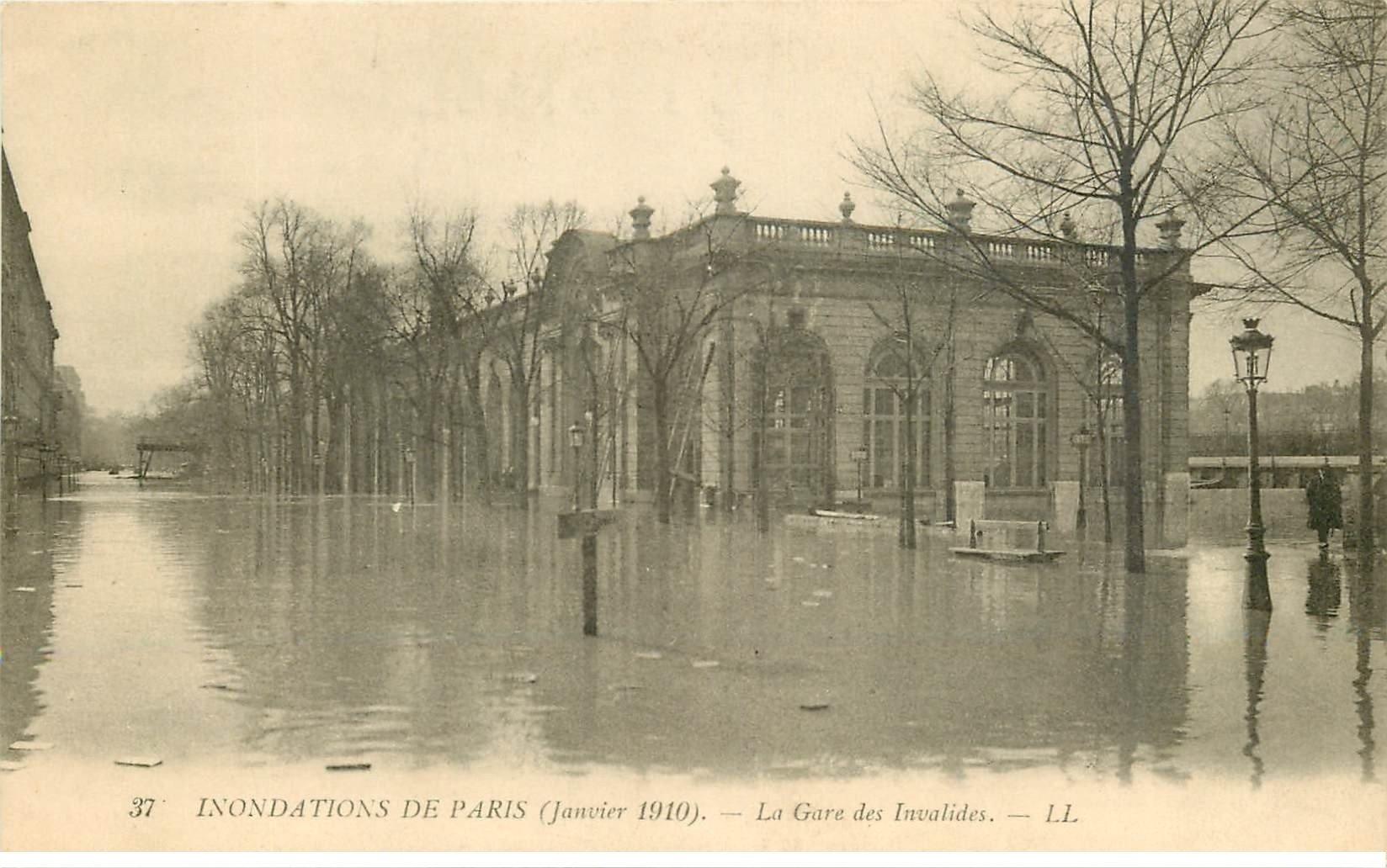 carte postale ancienne INONDATION ET CRUE DE PARIS 1910. Gare des Invalides