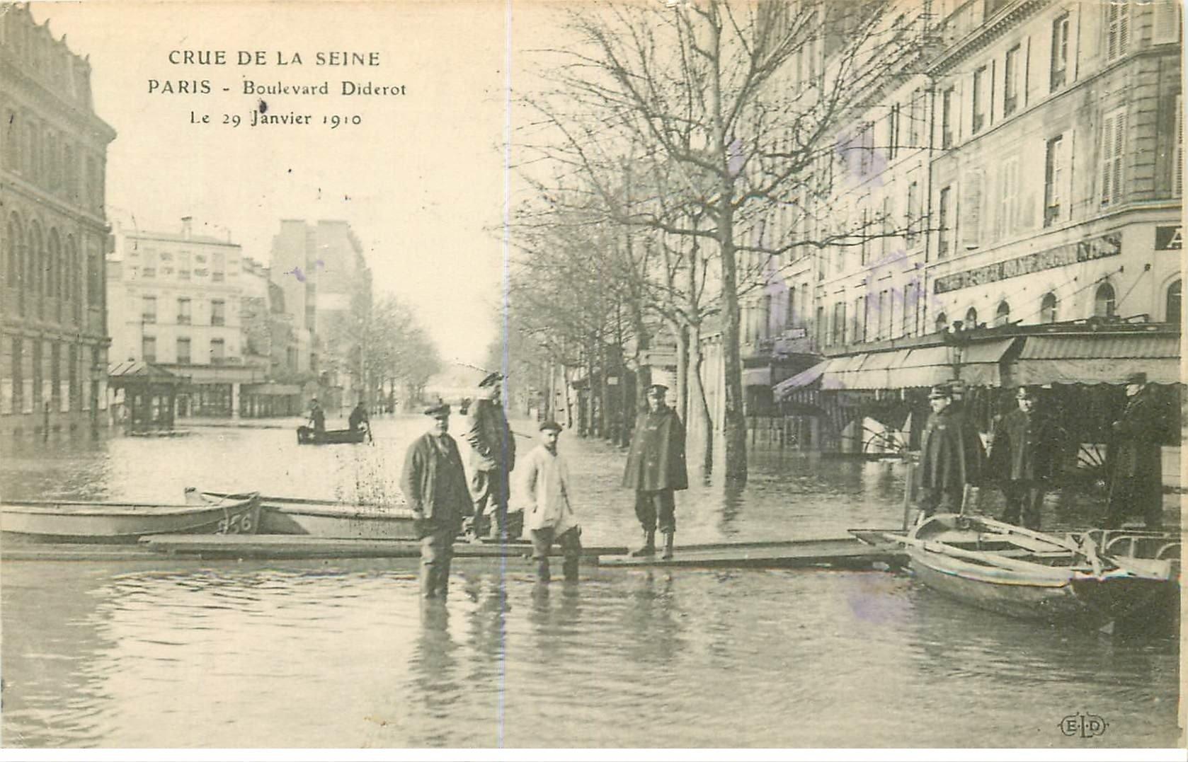 carte postale ancienne INONDATION ET CRUE DE PARIS 1910. Boulevard Diderot Policiers et Facteur