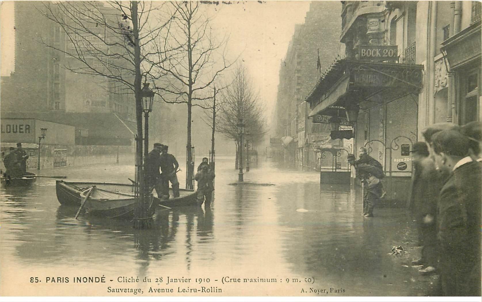 carte postale ancienne INONDATION ET CRUE DE PARIS 1910. Avenue Ledru Rollin sauvetage