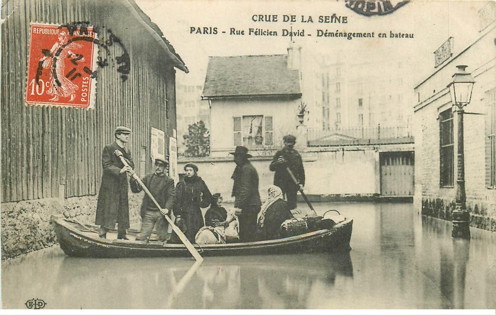 carte postale ancienne INONDATION ET CRUE DE PARIS 1910. Rue Félix David déménagement en bateau