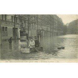 carte postale ancienne INONDATION ET CRUE DE PARIS 1910. Un bateau de fortune