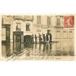 carte postale ancienne INONDATION ET CRUE DE PARIS 1910. Place Lachambeaudie radeau de fortune