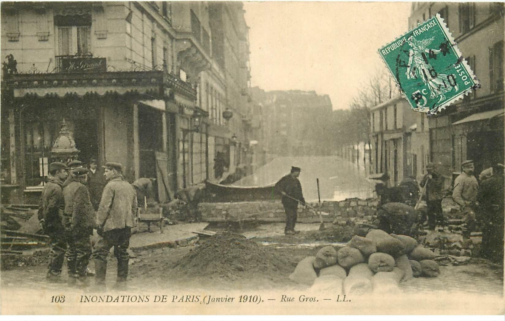 carte postale ancienne INONDATION ET CRUE DE PARIS 1910. Rue Gros digue de fortune