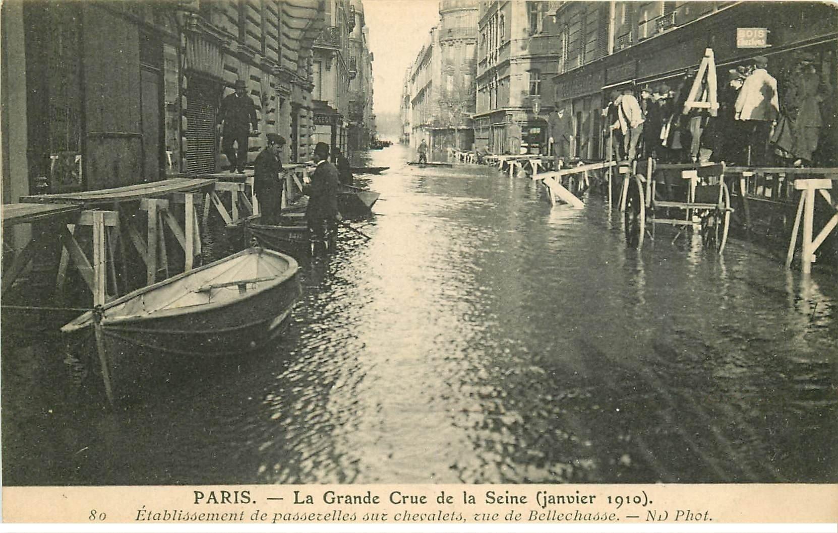 carte postale ancienne INONDATION ET CRUE DE PARIS 1910. Rue Bellechasse passerelles sur chevalets