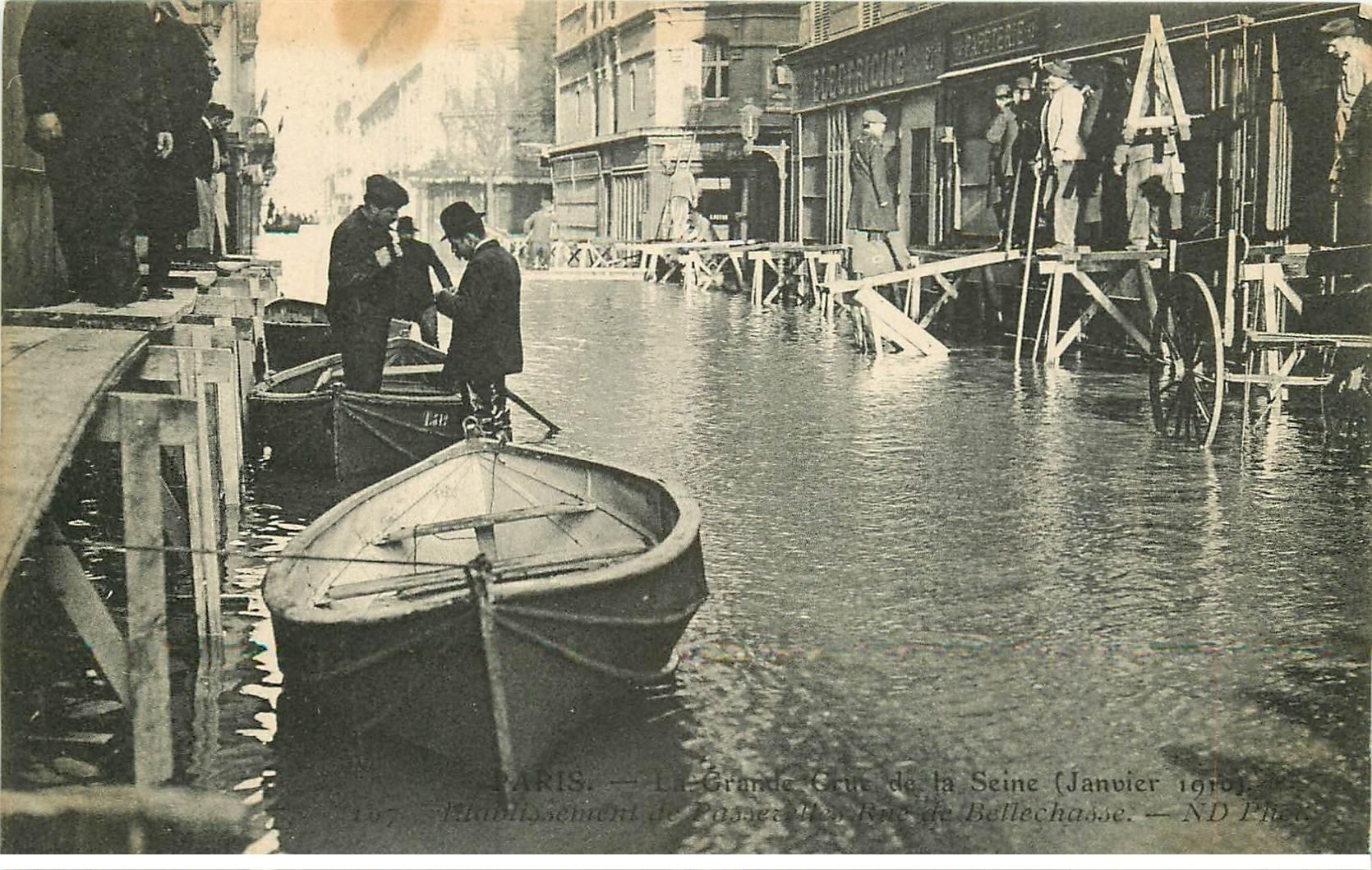 carte postale ancienne INONDATION ET CRUE DE PARIS 1910. Rue Bellechasse passerelles sur chevalets et barques