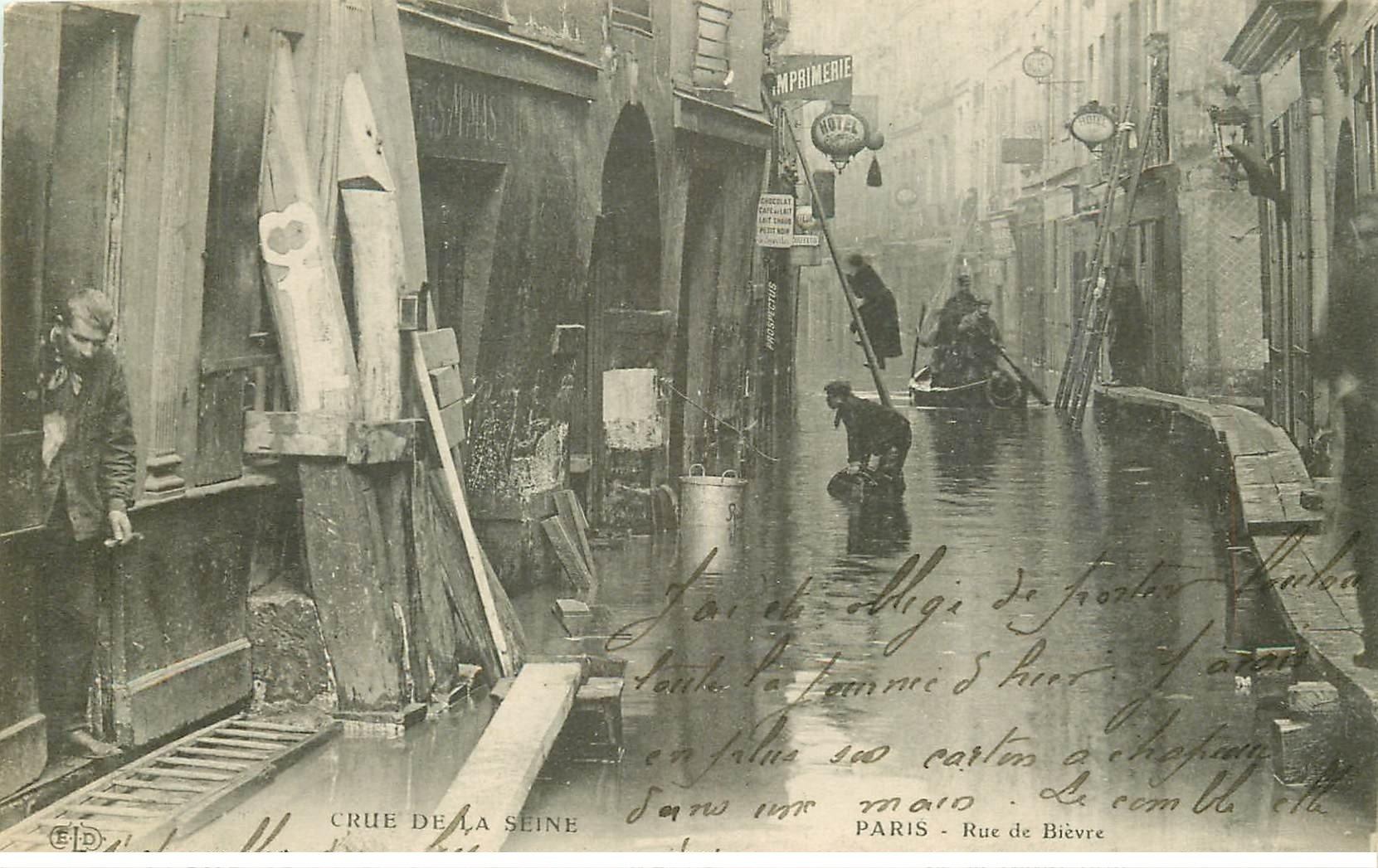 carte postale ancienne INONDATION ET CRUE DE PARIS 1910. Rue de Bièvre échelles pour accéder aux Hôtels
