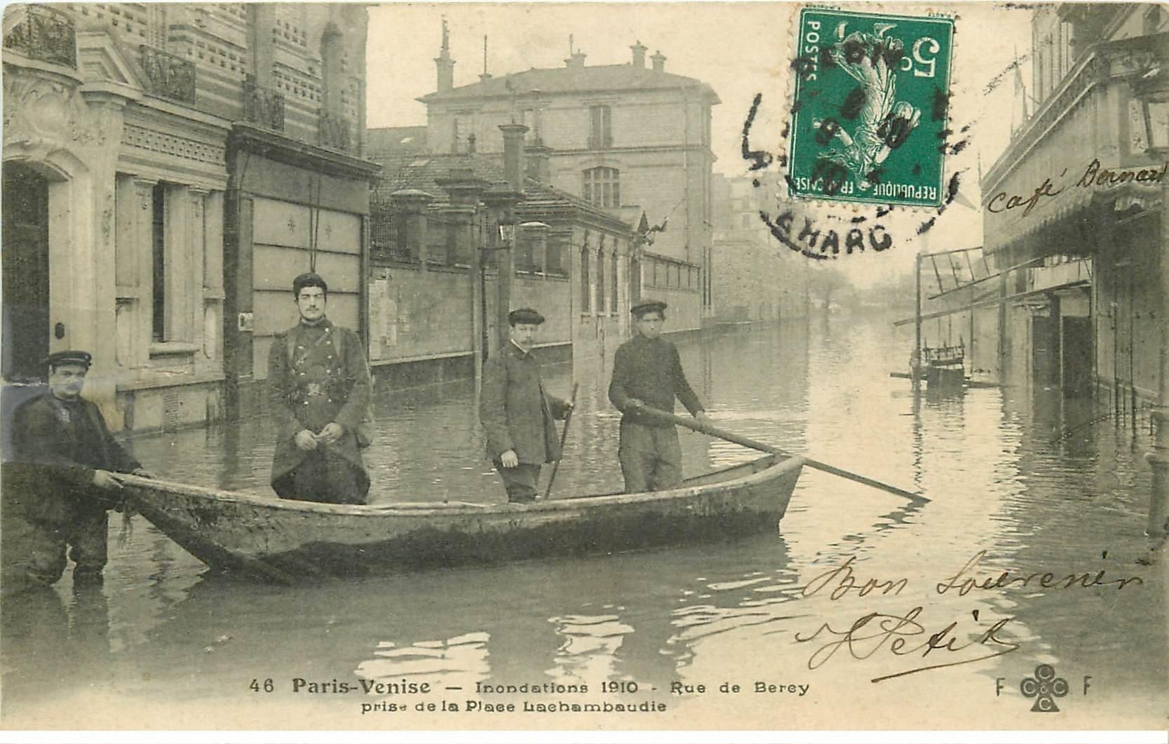 carte postale ancienne INONDATION ET CRUE DE PARIS 1910. Rue de Berey Place Lachambaudie Café Bernard