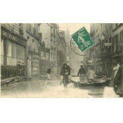 carte postale ancienne INONDATION ET CRUE DE PARIS 1910. Sauvetage Place Maubert