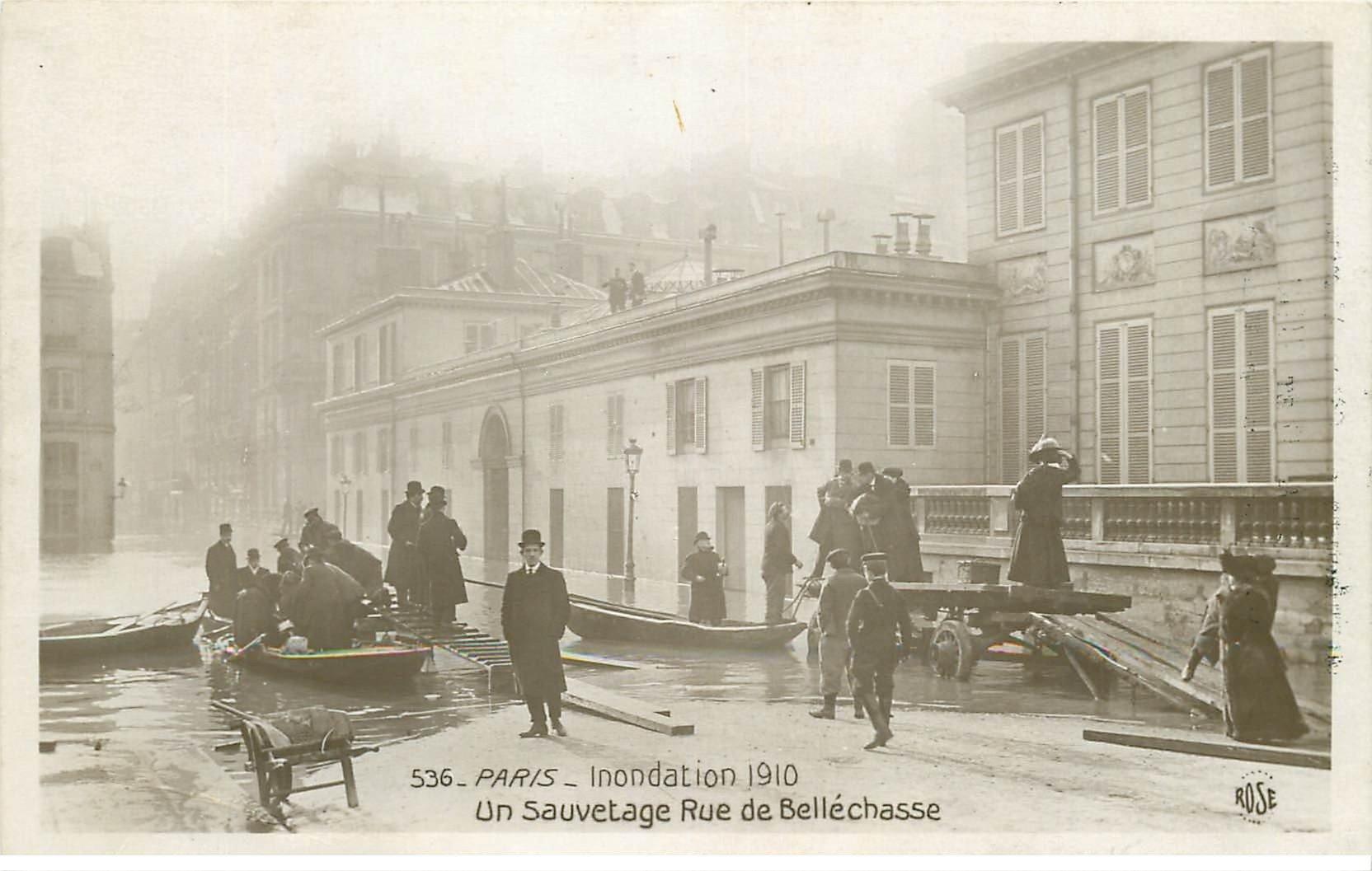 carte postale ancienne INONDATION ET CRUE DE PARIS 1910. Sauvetage Rue de Bellechasse . Manufacture à Valence