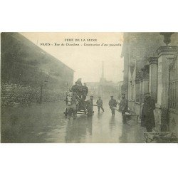 carte postale ancienne INONDATION ET CRUE DE PARIS 1910. Rue du Chevaleret construction d'une passerelle et attelage