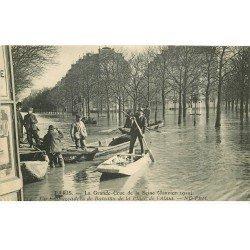 carte postale ancienne INONDATION ET CRUE DE PARIS 1910. Place de l'Alma embarcadère de Bateaux