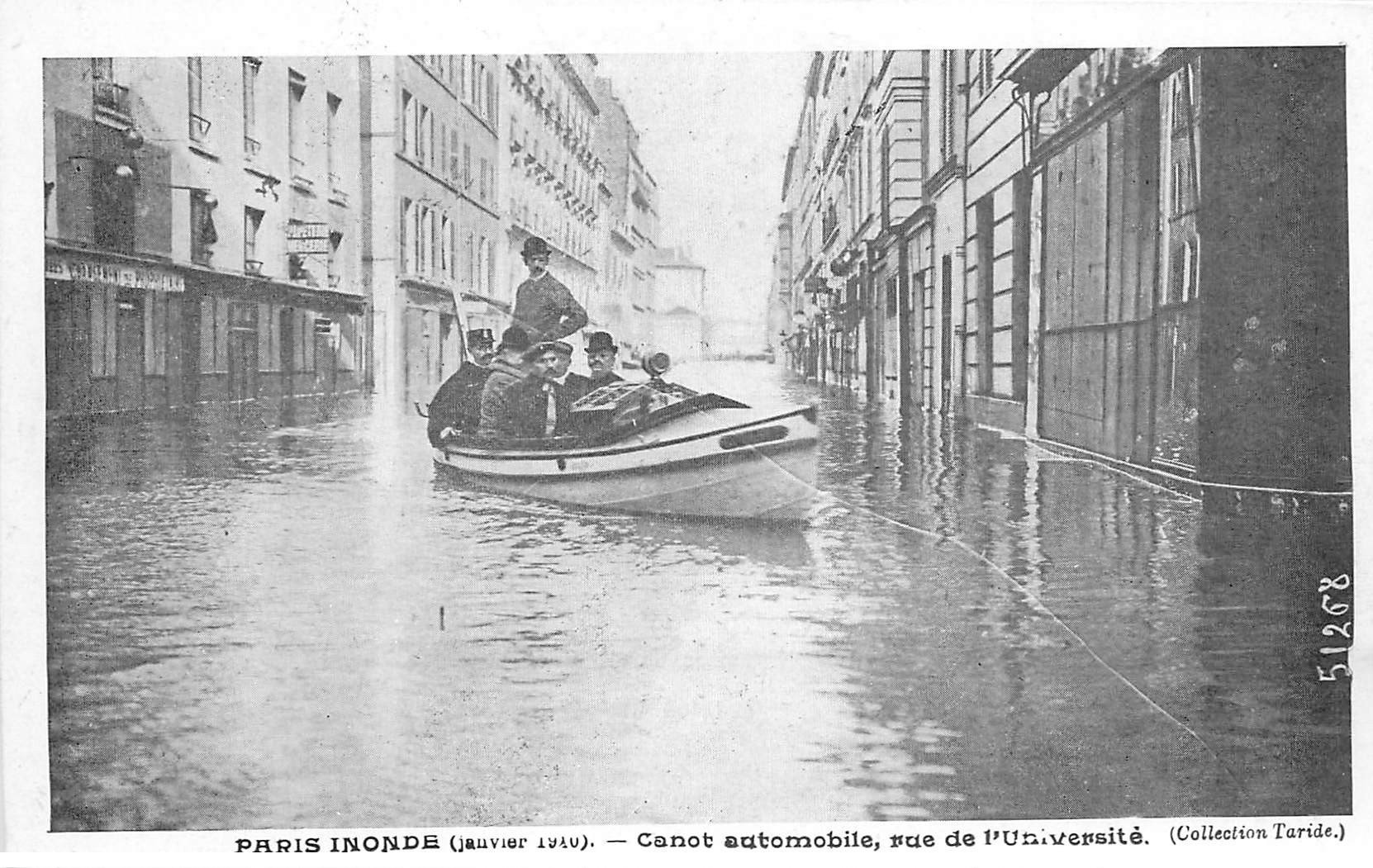 carte postale ancienne INONDATION ET CRUE DE PARIS 1910. Rue Université Canot automobile. Collection Taride