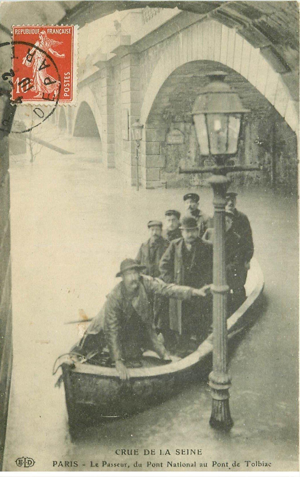 carte postale ancienne INONDATION ET CRUE DE PARIS 1910. Le Passeur Pont National au Pont Tolbiac