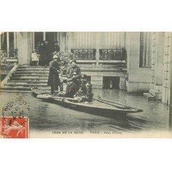 carte postale ancienne INONDATION ET CRUE DE PARIS 1910. Palais d'orsay Policier rameur
